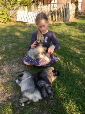 Ayla mit ihrer neuen Schwester